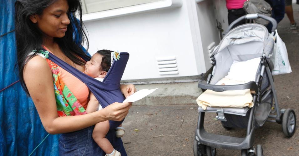 27.out.2013 - Micaela Passos, 19, deseja fazer o curso de direito e hoje faz o segundo dia de provas do Enem na PUC, no Rio de Janeiro, com seu pequeno Miguel de apenas 1 ano