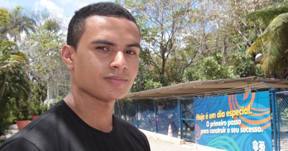 27.out.2013 - O candidato Marcílio Elias, 18, não conseguiu fazer o segundo dia de prova do Enem no Campus da Unifor, em Fortaleza, por falta de documento de identidade. Ele deseja fazer o curso de enfermagem