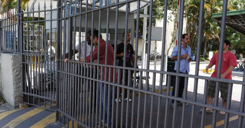 27.out.2013 - Portões da PUC do Rio de Janeiro são fechados para o segundo dia de provas do Enem (Exame Nacional do Ensino Médio) 2013