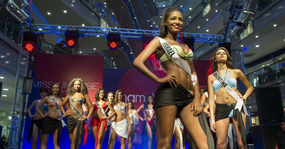 27.out.2013 - Titi Yitayish Ayanaw (centro), Miss Israel, desfila com traje de banho em evento promovido pela organização do Miss Universo em um shopping de Moscou (Rússia). No próximo dia 9 de novembro será escolhida a miss mais bela do mundo