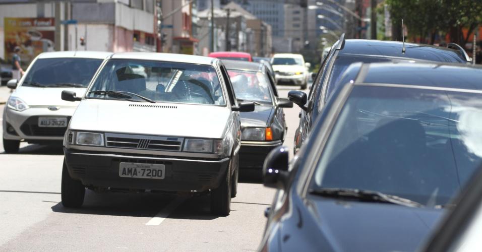 27.out.2013 - Trânsito em frente ao local de prova de Curitiba para o segundo dia do Enem (Exame Nacional do Ensino Médio) 2013