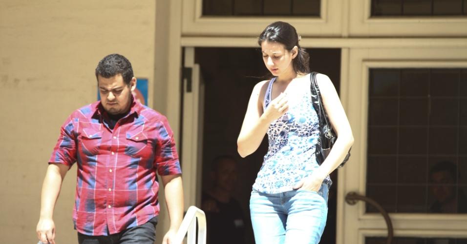 27.out.2013 - Valéria Cintia e Victor Santos foram os primeiros candidatos a terminarem as provas no segundo dia do Enem, em local de prova em Curitiba