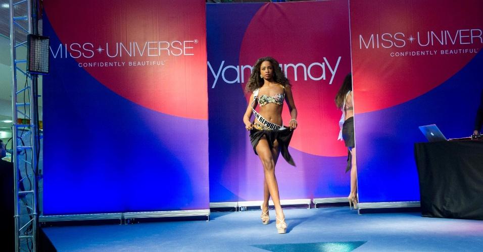 27.out.2013 - Yaritza Reyes, Miss República Dominicana, desfila em shopping de Moscou, na Rússia, em evento promovido pela organização do Miss Universo.  O concurso que vai escolher a miss mais bela do mundo será no dia 9 de novembro