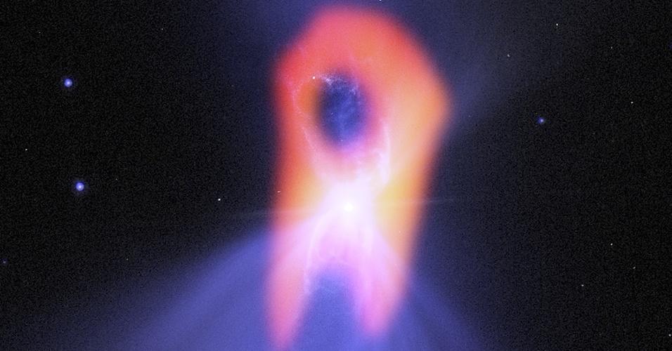 27.out.2013- O lugar mais frio do Universo é a nebulosa de bumerangue, a -272ºC ou praticamente 1 grau Kelvin, perto do zero absoluto. Sua real forma foi registrada pelo telescópio Alma (Atacama Large Millimeter/submillimeter Array), no Chile. O background em azul é uma imagem de luz visível do telescópio Hubble que mostra o clássico lobo duplo com uma região central fina. Com as imagens do Alma, foi possível ver as moléculas de gás geladas e a forma mais alongada da nebulosa, vista em vermelho