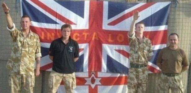 Soldados britânicos fazem saudação nazista em foto feita no Afeganistão