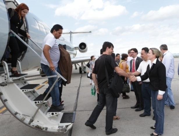 26.out.2013 - A ministra-chefe da Casa Civil, Gleisi Hoffmann, fez a recepção do grupo  de médicos estrangeiros que desembarcaram neste sábado no Paraná para trabalhar no programa Mais Médicos