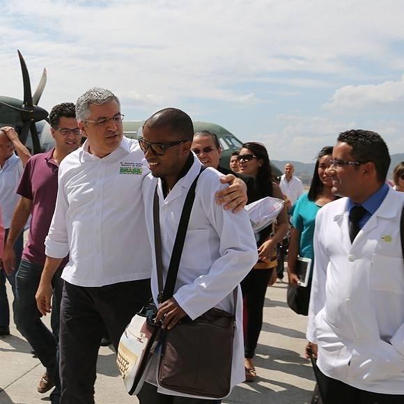 26.out.2013 - O ministro da Saúde, Alexandre Padilha, recebe na Base Aérea de Guarulhos os 276 profissionais do programa Mais Médicos que vão atuar em São Paulo