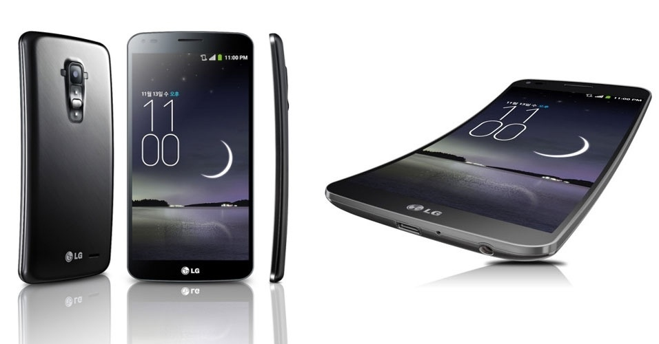28.10.2013 - A LG apresentou o G Flex, smartphone de 6 polegadas que segue a tendência de eletrônicos curvados. A curva no aparelho vai da parte de cima à parte de baixo, enquanto outros modelos (caso do Galaxy Note Round, por exemplo) ''dobram'' entre as laterais. A LG afirma que essa estrutura segue o contorno do rosto, reduzindo a distância entre a boca e o microfone, ''como os antigos aparelhos telefônicos faziam''. Preço e data de lançamento não foram anunciados