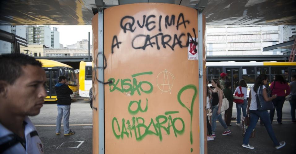 28.out.2013 - Instalações do terminal de ônibus Dom Pedro 2º, em São Paulo, e caixas eletrônicos do local ainda apresentam os sinais da depredação ocorrida durante o protesto organizado pelo Movimento Passe Livre na última sexta-feira (25)