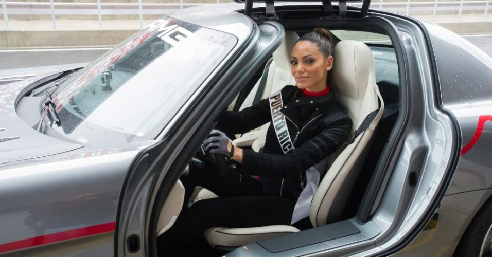 28.out.2013 - Monic Perez, Miss Universo Porto Rico, se prepara para testar carro da Mercedes em pista de corrida de Moscou. O Miss Universo 2013 acontece no dia 9 de novembro e tem mais de 80 candidatas