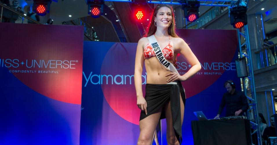 28.out.2013 - Olivia Wells, Miss Universo Austrália, desfila de biquíni em shopping de Moscou. O Miss Universo 2013 acontece no dia 9 de novembro e tem mais de 80 candidatas