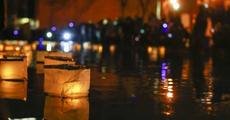29.out.2013 - Lanternas boiam durante vigília que marca um ano da passagem do furacão Sandy, em Nova York, nesta terça-feira (29). A supertempestade matou pelo menos 159 pessoas, danificou mais de 650 mil casas, e trouxe prejuízos estimados em US$ 70 bilhões para o país