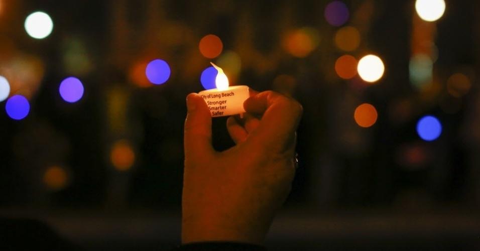 29.out.2013 - Mulher segura vela durante vigília que marca um ano da passagem do furacão Sandy, em Nova York, nesta terça-feira (29). A supertempestade matou pelo menos 159 pessoas, danificou mais de 650 mil casas, e trouxe prejuízos estimados em US$ 70 bilhões para o país