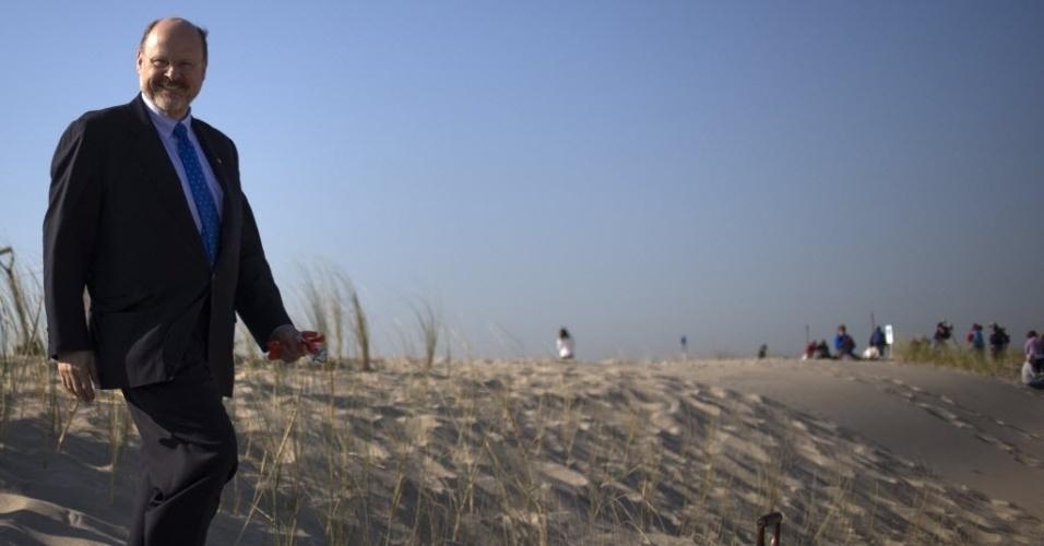 29.out.2013 - O candidato republicano à Prefeitura de Nova York, Joe Lhota, passeia nesta terça-feira (29) por duna de areia que teve grama plantada recentemente em Nova York. A duna foi construída ao longo de praia para proteger comunidade litorânea contra o avanço do mar. A passagem da supertempestade Sandy, que matou pelo menos 159 pessoas, danificou mais de 650 mil casas, e trouxe prejuízos estimados em US$ 70 bilhões para o país, completa um ano nesta terça-feira