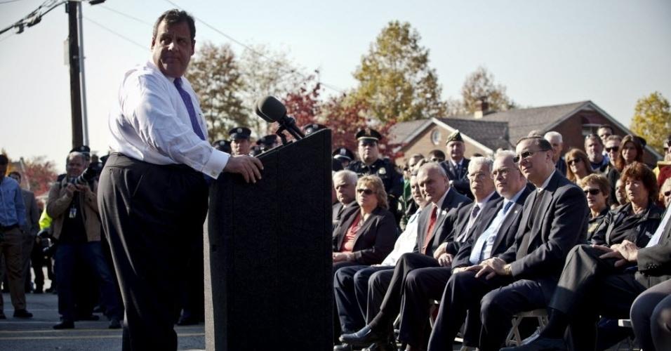 29.out.2013 - O governador do Estado de Nova Jersey (EUA), Chris Christie, faz discurso durante encontro com socorristas em Sayreville, nesta terça-feira (29), data que marca um ano da passagem do furacão Sandy, que matou pelo menos 159 pessoas, danificou mais de 650 mil casas, e trouxe prejuízos estimados em US$ 70 bilhões para o país