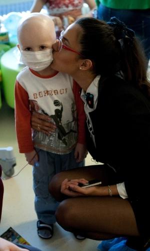 29.out.2013 - Brenda Gonzalez, Miss Universo Argentina, dá beijinho em paciente do Centro Federal de Pesquisa Pediátrica em Moscou, na Rússia. O Miss Universo 2013 acontece no dia 9 de novembro e tem mais de 80 candidatas