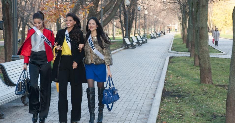 29.out.2013 - Melita Fabecic, Miss Universoe Croácia; Jakelyne Oliveira, Miss Universo Brasil; e Riza Santos, Miss Universo Canadá; posam para foto do lado de fora do convento Novodevichy em Moscou, na Rússia. O Miss Universo 2013 acontece no dia 9 de novembro e tem mais de 80 candidatas
