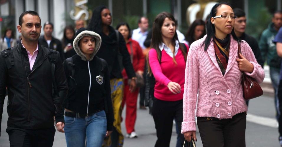 30.out.2013 - Pedestres enfrentam frio na manhã desta quarta-feira (30), na avenida Paulista, em São Paulo. Os termômetros registram mínima de 13°C