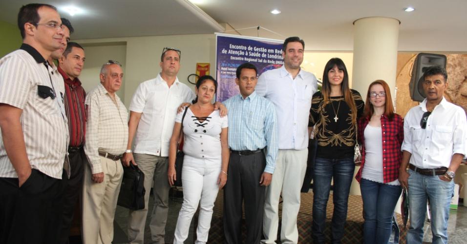 30.out.2013 - Grupo de sete médicos cubanos chegam a cidade de Londrina, no norte do Paraná