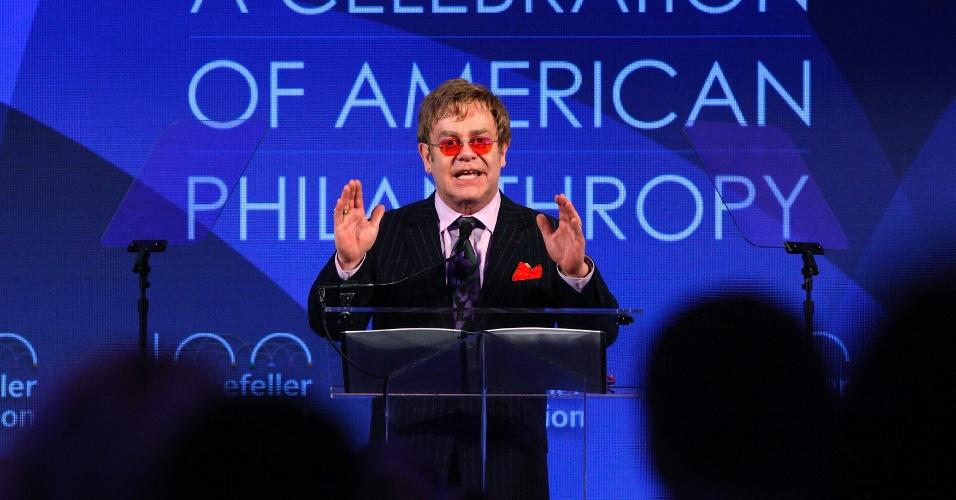 31.out.2013 - O músico Elton John discursa ao receber um prêmio da fundação Rockfeller em reconhecimento a suas ações em benefício a portadores da Aids