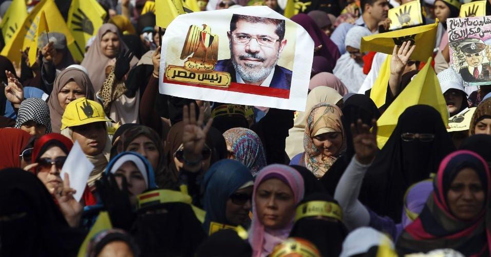 1.nov.2013 - Apoiadores da Irmandade Muçulmana participam de um protesto contra o governo militar interior no Cairo, Egito. O secretário de Estado norte-americano, John Kerry, visitará no domingo (3) o Egito pela primeira vez desde que o Exército derrubou em julho o presidente islâmico Mohamed Mursi. A visita acontece na véspera do início do julgamento em que Mursi é acusados de incitação à violência