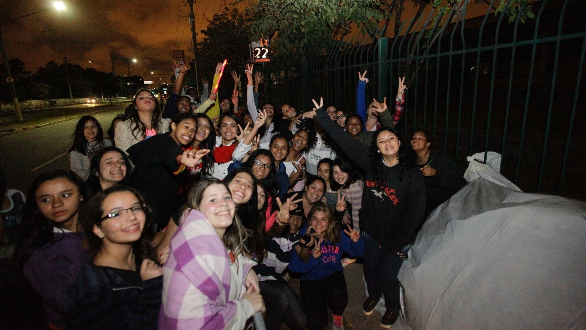 1.nov.2013 - Fãs de Justin Bieber acampam na avenida Olavo Fontoura, na zona norte de São Paulo, ao lado do Anhembi, onde o cantor fará um show no próximo sábado (2)