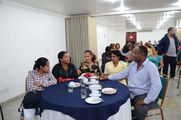 1º.nov.2013 - Grupo de 76 médicos cubanos são recepcionados em evento no centro de São Paulo. Eles se apresentarão nas 63 Unidades Básicas de Saúde da capital na segunda-feira (4)