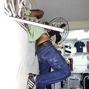Homem que ficou com a cabeça presa em uma grade de janela de uma loja que tentou invadir, em Uberaba (472 km de Belo Horizonte)