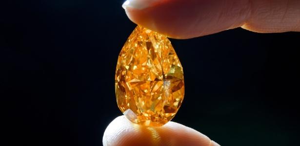 Maior diamante laranja do mundo, que será leiloado, tem preço estimado entre US$ 17 e US$ 20 milhões