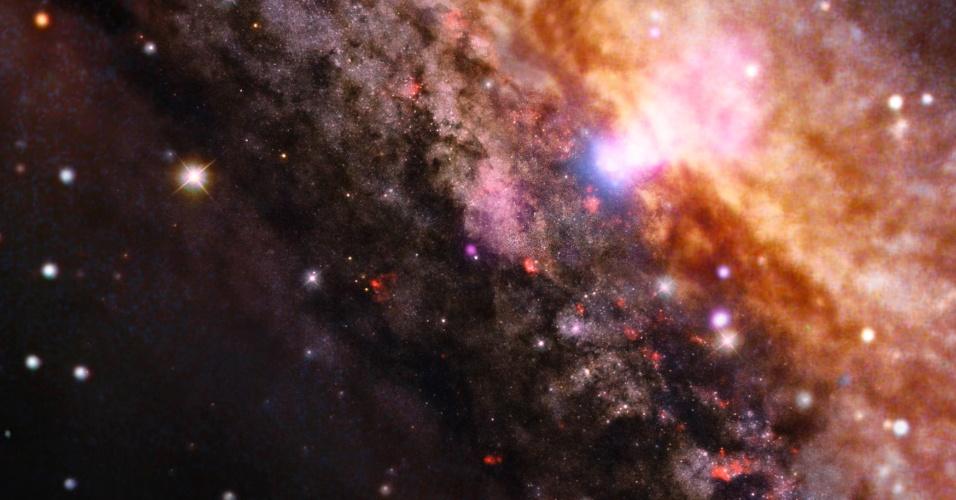 4.nov.2013 - A galáxia NGC 4945, que fica a 13 milhões de anos-luz da Terra, tem uma aparência semelhante com a nossa Via Láctea, mas abriga um buraco negro supermassivo muito mais ativo no seu centro (área mais branca no topo), explica a Nasa (Agência Espacial Norte-Americana)