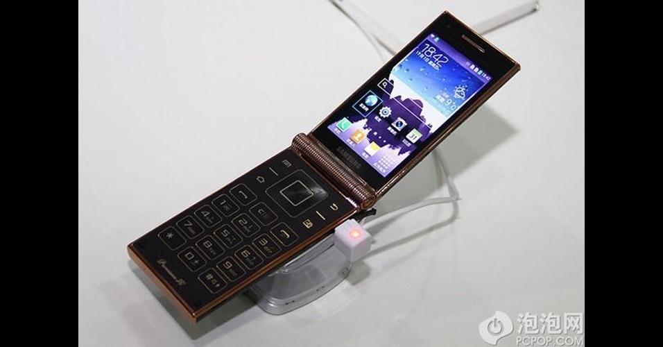 4.nov.2013 - A Samsung anunciou um novo modelo de smartphone chamado W2014, com design ''antigão'' dobrável e tela de 3,7 polegadas. O aparelho flip tem processador quad-core (quatro núcleos) de 2,3 Ghz e 2 GB de RAM, câmera traseira de 13 megapixels, fronta de 2 megapixels, 32 GB para armazenamento e bateria de 1.900 mAh