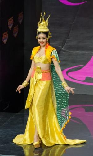 4.nov.2013 - Chalita Yaemwannang, Miss Tailândia, em traje típico do país