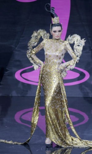 4.nov.2013 -  Jin Ye, Miss China, em traje típico do país