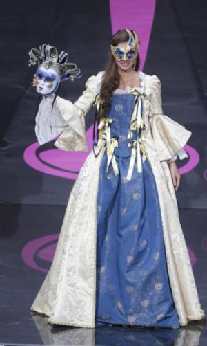 4.nov.2013 -  Luna Voce, Miss Itália, em traje típico do país