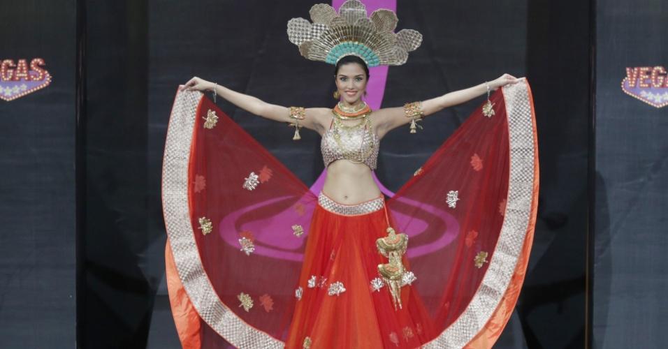4.nov.2013 - Manasi Moghe, Miss Índia, em traje típico do país