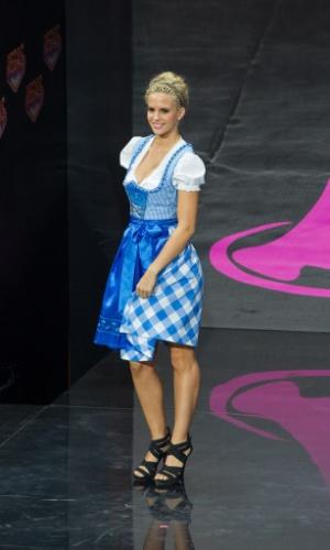 4.nov.2013 - Miss Áustria se apresenta com trajes típicos em Moscou