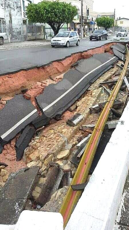 4.nov.2013 - O temporal que ocorreu em Aracaju, na madrugada desta segunda-feira (4), causou inúmeros transtornos à população. Segundo o Inmet (Instituto Nacional de Meteorologia), choveu 135,8 mm em apenas quatro horas, sendo que 75,4 mm na primeira hora de chuva. Por causa volume de água parte o asfalto da Avenida Gentil Tavares, localizada no bairro 18 do Forte, Zona Norte de Aracaju, cedeu e caiu na mureta de proteção