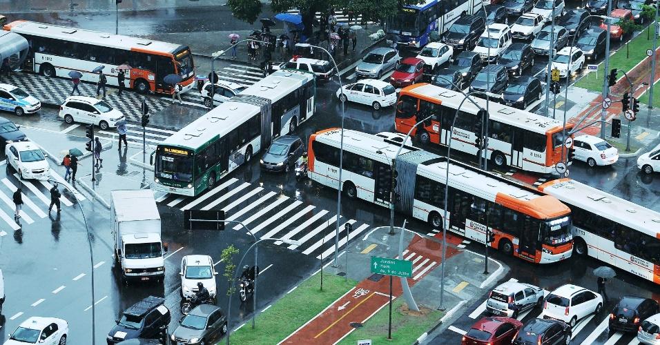 4.nov.2013 - O trânsito ficou complicado no cruzamento da avenida Brigadeiro Faria Lima com a avenida Rebouças, na tarde desta segunda-feira. Os semáforos do local estavam sem funcionar devido às fortes chuvas que caem sobre São Paulo