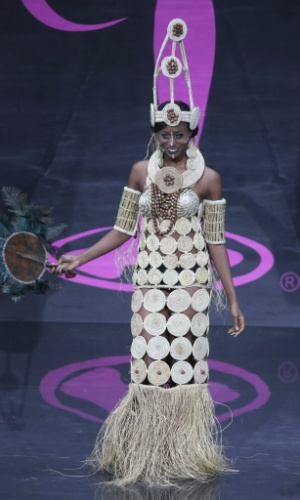 4.nov.2013 - Stephanie Okwu, Miss Nigéria, em traje típico do país