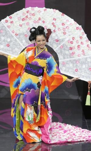 4.nov.2013 - Yukimi Matsuo, Miss Japão, em traje típico do país