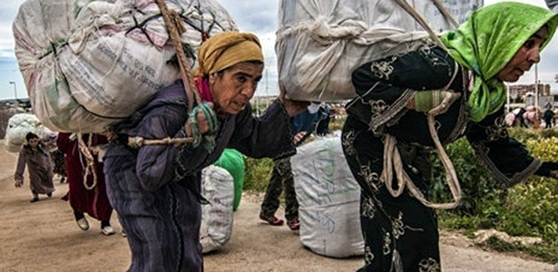 """As """"mulheres-mulas de Melilla"""" recebem R$ 9 para transportar seu fardo entre Espanha e Marrocos"""
