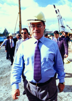 Na época prefeito de São Paulo, Paulo Maluf visita o canteiro de obras do Complexo Viário Ayrton Senna, em 1996