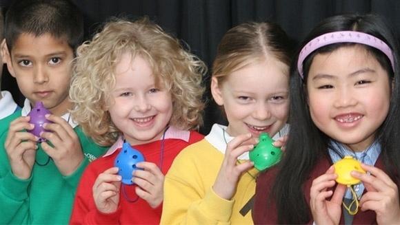Um coro de crianças em idade escolar vai tentar na próxima terça-feira (5) entrar para o Guiness Book, o livro dos recordes, como o maior grupo tocando ocarinas (instrumento de sopro), em Londres, Inglaterra. O atual recorde é de uma escola primária na China, com 831 crianças.