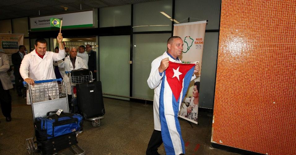4.nov.2013 - Médicos cubanos desembarcam no aeroporto internacional de Brasília. Eles irão atuar no programa Mais Médicos