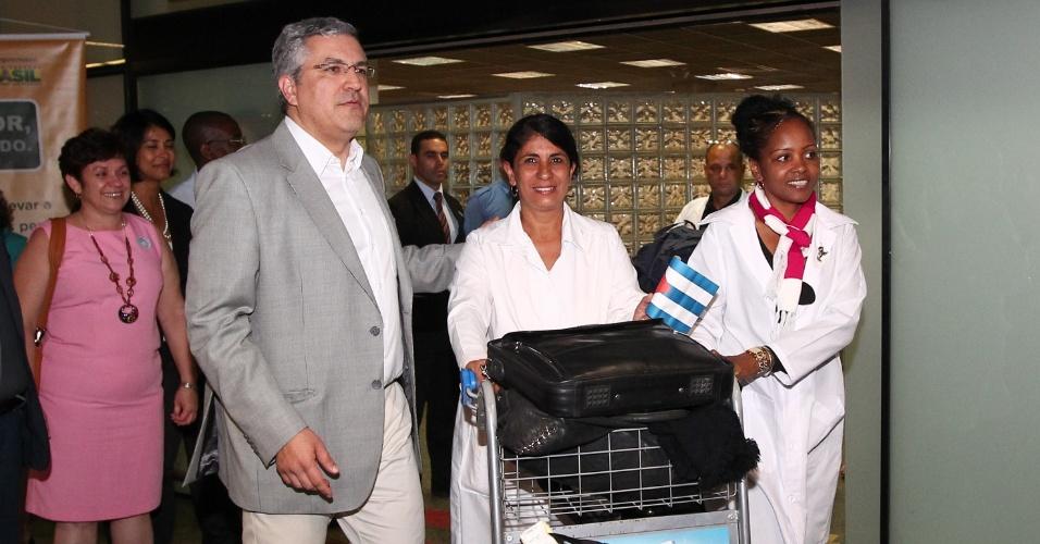 4.nov.2013 - O ministro da Saúde, Alexandre Padilha, recepciona médicos cubanos que vieram ao país atuar pelo programa Mais Médicos no aeroporto de Brasília