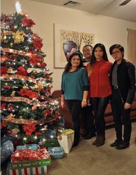 5.nov.2013 - A cabeça do senhor não está emoldurada. Ele está apenas posando para foto junto com sua família