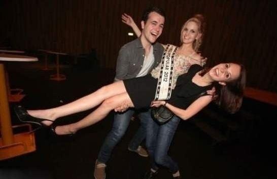 5.nov.2013 - A garota que está à direita na foto não é a que está sendo levantada