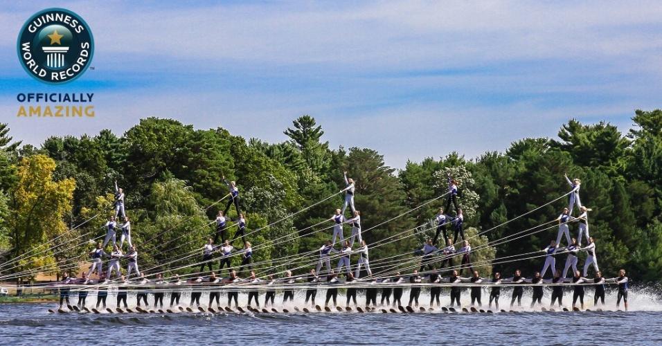 5.nov.2013 - A maior pirâmide humana de esquiadores aquáticos foi formada por 60 pessoas de cinco times de esqui aquático dos Estados Unidos. A pirâmide se apresentou no lago Wazeecha, em Wisconsin