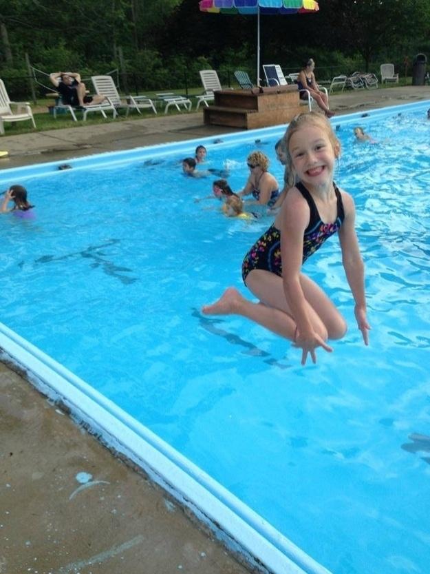 5.nov.2013 - Essa não é uma menina gigante e ela não está ajoelhada sobre as águas