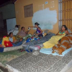 Moradores do município de Pedra Preta, a 115 km de Natal (RN), acampam na frente de suas casas, temendo desabamentos